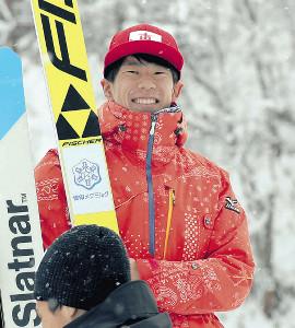 初優勝し、笑顔で喜びをかみ締める佐藤慧(カメラ・宮崎 亮太)