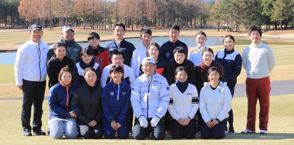 中嶋常幸(前列左から4人目)主宰のトミーアカデミーが合宿を公開した