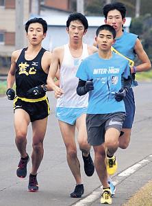 韮山高の後輩たちと練習した近藤(左から2人目)