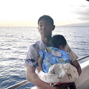 球団のディナークルーズに参加し、沈む夕日を背に愛息を抱いて表情を決める秋山(カメラ・小林 圭太)