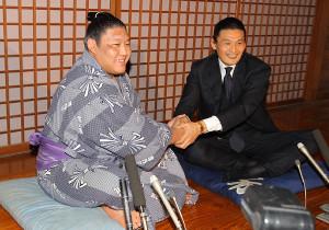 2012年、十両昇進会見時の貴ノ岩(左)と貴乃花親方