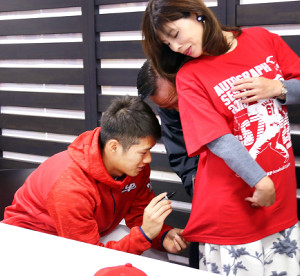 サイン会を行った中村奨は、参加した女性のTシャツにサイン