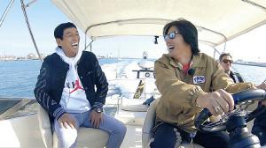 船上で談笑する木村拓哉(右)と明石家さんま