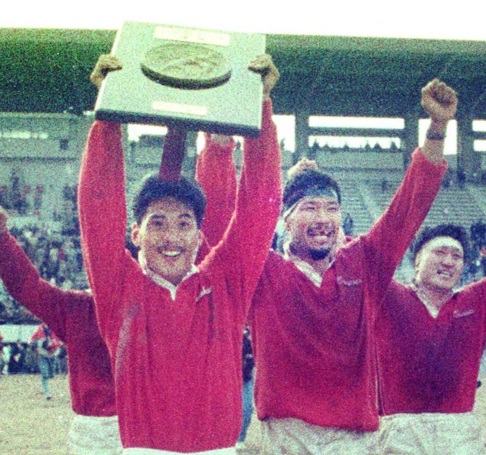 1989年1月10日、全国社会人ラグビー選手権決勝で初優勝し万歳する神戸製鋼の(左から)平尾誠二、大八木淳史