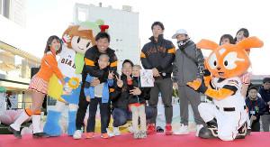 新背番号入りのサイン色紙をゲットしたちびっこファンとともに記念撮影する(左から)田口、宇佐見、和田