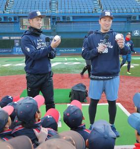 少年野球チームの選手に指導する巨人・大竹寛投手(左)と山口鉄也氏