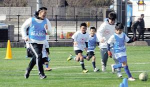 チャリティーサッカーで笑顔を見せる浦和・槙野(左)(カメラ・羽田 智之)