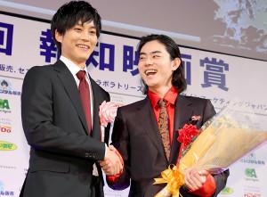 2017年の「第42回報知映画賞」で主演男優賞を受賞した菅田将暉(右、左は松坂桃李)