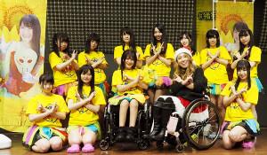 生誕祭を開催した仮面女子・猪狩ともか(前列左から3人目)とスチームガールズ・メンバー(猪狩の右は中嶋涼子)