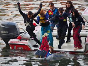 初勝利を挙げた下野京香は水の中に落とされる