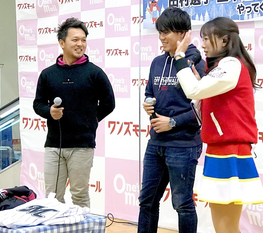 千葉市内でトークショーに参加したロッテ・田村(左)と三木