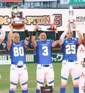 表彰台で笑顔を見せる関学大の選手たち。左から、尾崎祐真(80)、奥野耕世(3)、横沢良太(25)(カメラ・馬場 秀則)