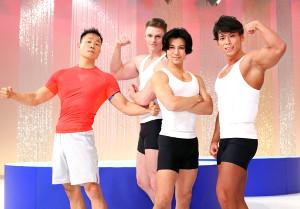 鍛え上げられた筋肉を披露する(左から)谷本道哉さん、村雨辰剛さん、武田真治、小林航太さん