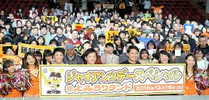 トークショーの後、ファンと一緒に記念撮影する(左から)藤村大介ファーム守備走塁コーチ、池田駿、今村信貴、重信慎之介