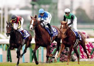 牡馬の力を見せつけたアドマイヤマーズ(中)がグランアレグリア(左)を破り、2歳王者に(右は2着のクリノガウディー)
