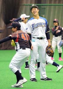 野球教室に参加し、笑顔を見せる鶴岡