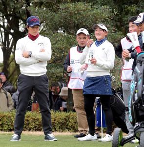 17番ホールのティーグラウンドで、石川遼(左)からアドバイスを受ける埼玉栄高・岩井千怜