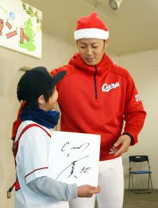 イベントに出席した一岡は、ファンの少年に色紙をプレゼント