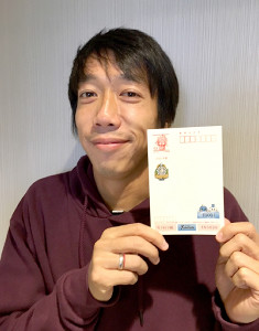 フロンターレ年賀はがきを手にポーズをとるMF中村(川崎フロンターレ提供)
