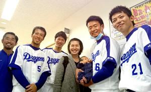 生後18日の新生児を手慣れた様子で抱っこする松井佑(右から2人目)ら中日ナイン