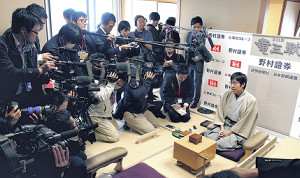 逆王手をかけ、報道陣の取材に応じる広瀬章人八段