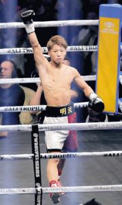 10月7日、パヤノを1回で沈め、拳を突き上げる井上尚弥