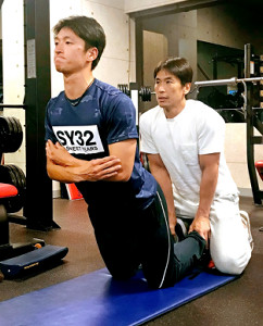 大阪市内のトレーニング施設で、仲田健トレーナー(右)の指導のもと、体幹を鍛える近本(カメラ・長尾 隆広)