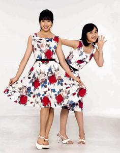 初共演する土屋太鳳(左)と百田夏菜子は70年代ファッションでポーズ