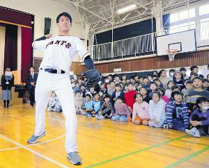 狛江第三小の児童の前でキャッチボールをする桜井(カメラ・相川 和寛)