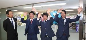 アジアウィンターリーグの帰国報告を行った(右から)高松、山本拓、伊藤康、英智2軍外野守備走塁コーチ