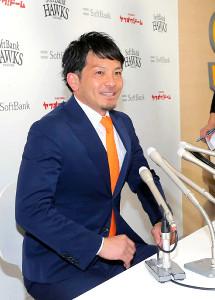 現状維持で更改し、背番号を5に変更することも発表したソフトバンク・松田宣