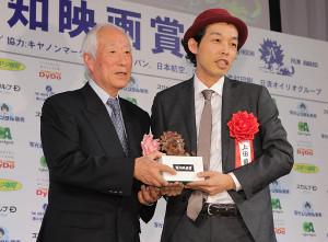 ブロンズを受け取る特別賞の上田慎一郎監督(カメラ・越川 亘)