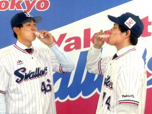 ヤクルトを飲み干す高梨(右)と太田
