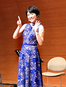 指で「15周年」を表現する森山愛子