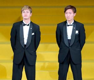 ACL優勝を表彰され登壇した鹿島・鈴木優磨(左)と三竿健斗