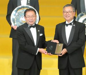 優勝監督賞を表彰される松本山雅の反町康治監督(左)。右は村井チェアマン
