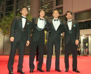 レッドカーペットでポーズをとる川崎の(左から)大島僚太、中村憲剛、小林悠、家長昭博