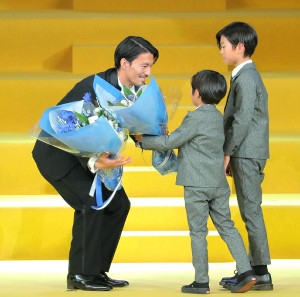 最優秀選手賞を受賞し子供から花束を受け取る川崎・家長昭博