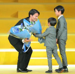 MVPを受賞し子供から花束を受け取る川崎・家長昭博