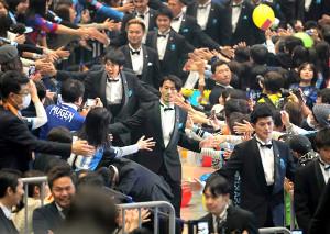 最優秀選手賞を受賞しサポーターとタッチをする川崎・家長昭博(中央)