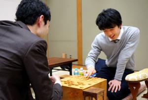 門倉啓太五段(左)に勝ち、感想戦を行う藤井聡太七段