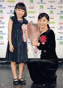 花束ゲストの稲垣来泉(左)と記念写真に納まる