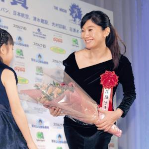娘役の稲垣来泉から花束を受け取り、笑顔を見せた主演女優賞の篠原涼子(カメラ・相川 和寛)