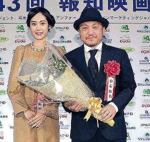 作品賞・邦画部門を受賞した「孤狼の血」の白石和彌監督と花束贈呈ゲストの阿部純子