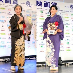 樹木希林さんの着物を着て表彰式に臨んだ也哉子さん(右、左は第40回報知映画賞で主演女優賞を受賞した樹木さん=2015年12月)