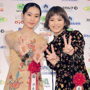 新人賞をダブル受賞した南沙良(左)と蒔田彩珠はピースサインで笑顔(カメラ・相川 和寛)