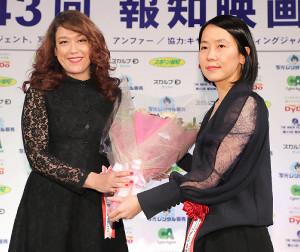 作品賞・海外部門を受賞したキノフィルムズ・武部由実子社長(右)に花束を贈呈したLiLiCo