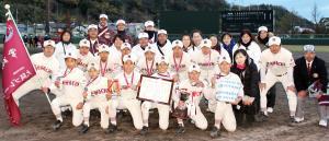 堂々の準優勝。銀色のメダルを掲げる東大阪河内ナイン