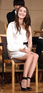 主演舞台「悪魔と天使」の製作記者発表に白のミニドレスで登場した観月ありさ