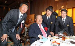 (左から)立正大の坂田監督、野村氏、DeNAドラ2の伊藤裕、楽天ドラ7の小郷が祝勝会に出席した(カメラ・頓所 美代子)